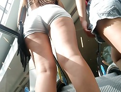 Culo grande en shorts blancos - Big rump in white shorts